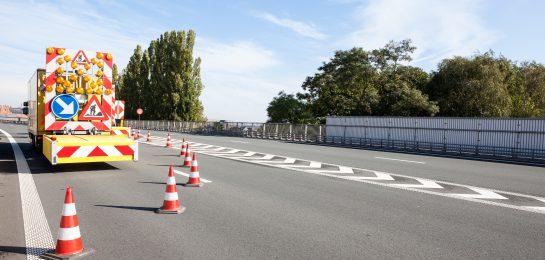 Baustellensicherheit an Straßenbaustellen mit fließendem Verkehr