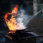 Dose mit Feuerlöschspray bekämpfr ein Feuer