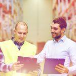 Mitarbeiter bringen sich in eine Schulung ein beim Betriebsrundgang