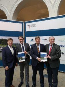 Zufrieden mit ihrem Masterplan Binnenschifffahrt (vlnr): Joachim Zimmermann (BÖB), Bundesverkehrsminister Andreas Scheuer, Staatssekretär Enak Ferlemann, Martin Staats (BDB)