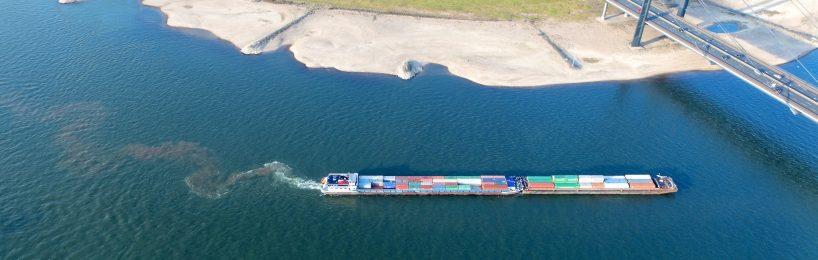Zur Vorsorge für Niedrigwasser auf dem Rhein trifft die Schifffahrt verschiedene Maßnahmen.