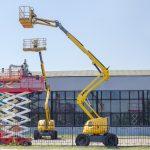 Verschiedene Hubarbeitsbuehnen nebeneinander. Hubarbeitsbühnen ersetzen die oft unsichereren Leitern.