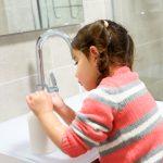Kleines Kind wäscht sich die Hände: Eine wichtige Voraussetzung für Infektionsschutz im Kindergarten