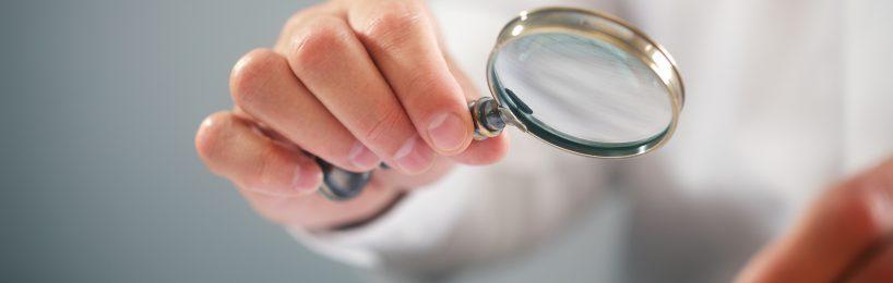 Überprüfung eines Dokuments mit einer Lupe