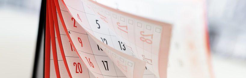 Kalender mit vielen umgeblätterten Seiten