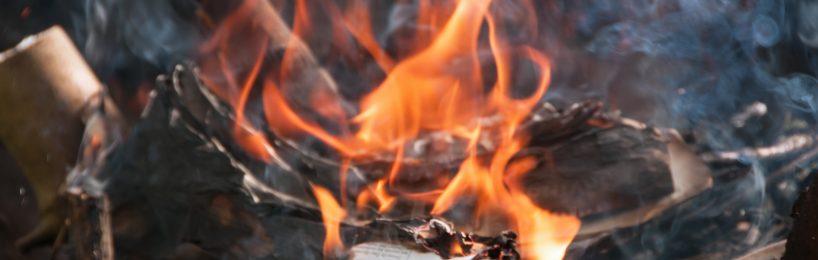 Brennende Papier: Jetzt kommt es auf das richtige Verhalten im Brandfall an