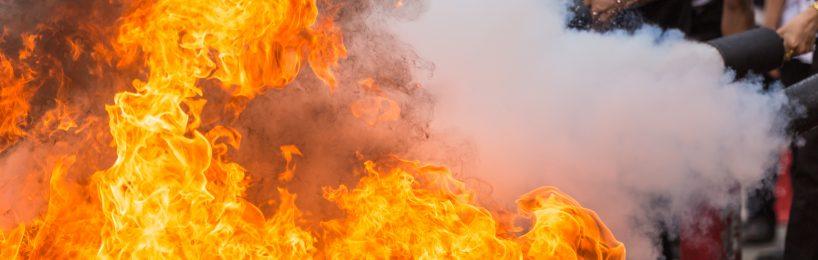 Praktische Ausbildung zum Brandschutzhelfer beim Feuerlöschen