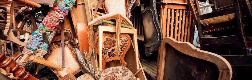 Alte Holzstühle auf einem Stapel