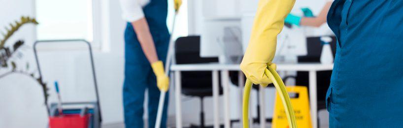 Reinigungskräfte bei der Gebäudereinigung mit Handschuhen