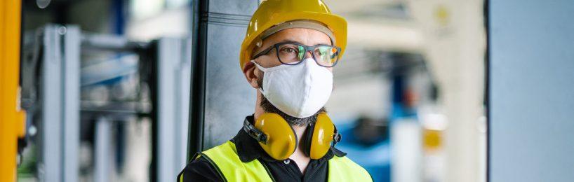 Mann mit Maske in Stapler