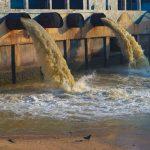 Wasser aus Fabrik fliesst in einen Fluss