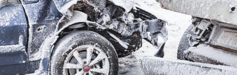 Autos direkt nach einem Unfall auf einer winterlichen Straße