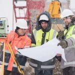 3 Männer arbeiten im winter auf der baustelle