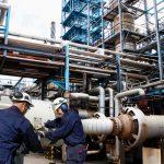 Zwei Männer arbeiten an Gasleitungen