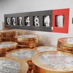 Stromzähler mit Geld im Vordergrund - Zeichen für Förderprogramme für Energieeefizienz