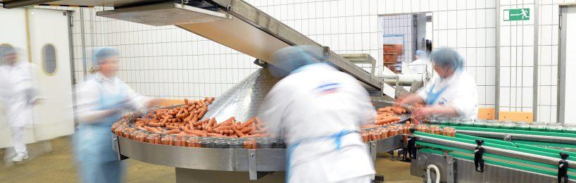 Beschäftigte in der Fleischindustrie am Fließband - sie sollen durch das Arbeitsschutzkontrollgesetz besser geschützt werden.