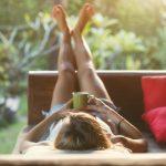 Frau liegt mit Kaffee im Bett: Dafür muss bei der Pausenregelung im Homeoffice Platz sein.