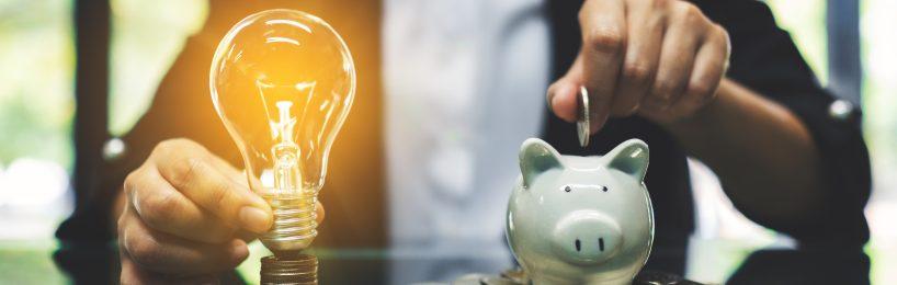 Frau spart Geld für ihre Stromrechnung