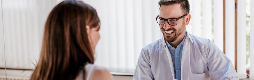 Frau im Gespräch mit Arzt bei der arbeitsmedizinischen Vorsorge