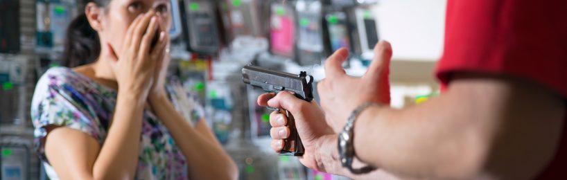 Mann überfällt ein Handygeschäft und bedroht Frau an der Kasse