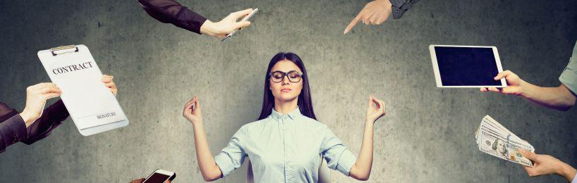 Auf junge Frau wirken viele Stressoren ein, aber sie verspürt keinen Stress am Arbeitsplatz.