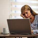 Frau sitzt müde und demotiviert vor dem Bildschirm - ein Anzeichen von Zoom Fatigue