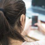 Gehörlose Frau bedient ein Smartphone: Nutzen Sie den Rückenwind, den Europa mit dem European Accessibility Act generiert, um das Thema barrierefreie Software voranzubringen.
