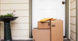 Pakete vor einer Haustür