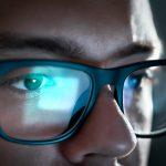 Mann arbeitet mit Bildschirmbrille