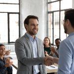 Mitarbeiter erfährt Anerkennung durch eine Führungskraft - ein Beispiel für gesunde Führung.