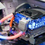 Für Arbeiten an Hochvoltanlagen wie hier am Elektroauto hält die DGUV Information 209-039 einige Regelungen bereit.