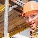 Arbeiter klettert nach oben, um Arbeiten in Höhen nachzukommen
